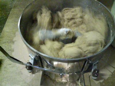 大豆、麹、塩をまぜます