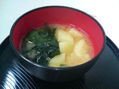 ジャガイモとワカメの味噌汁