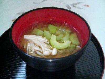 キュウリとえのき茸の味噌汁