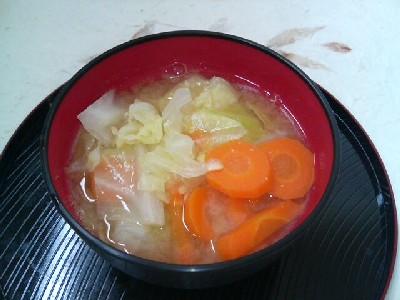 キャベツとニンジンの味噌汁