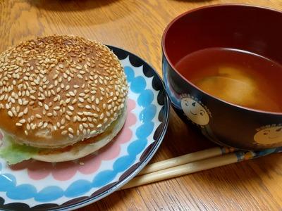 ハンバーガーにお味噌汁